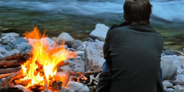 Raftre-River-guide-at-fire-on-the-river-bank