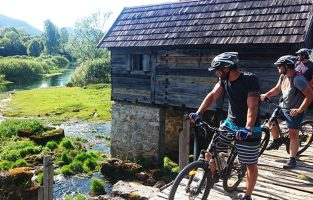 Gacka-River-cycling-raftrek